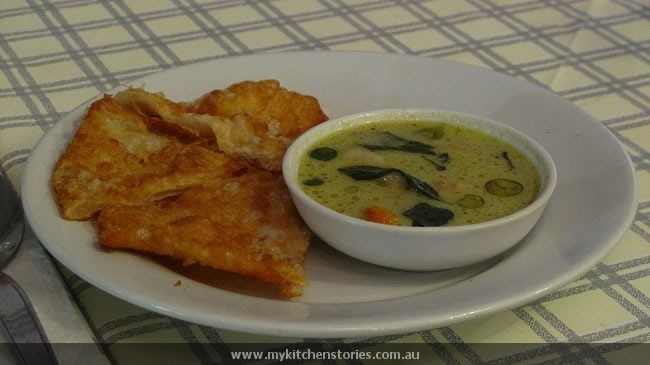 Fried roti with green curry