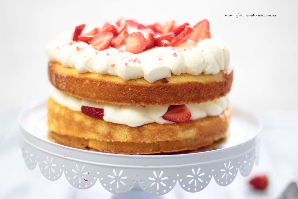 easiest sponge recipe with strawberries and cream