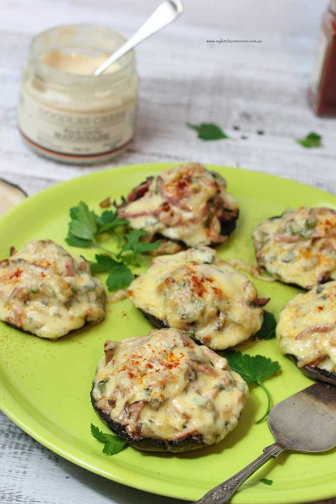 Mushroom appetisers with black garlic and ham