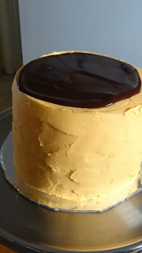 Icing the cake with chocolate glaz