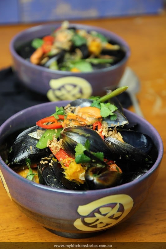 Green Curry Mussels in two bowls ready to be eaten