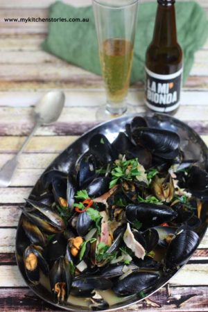 Beer steamed mussels eith parsley