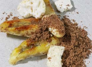 Bananas with nutella powder dessert