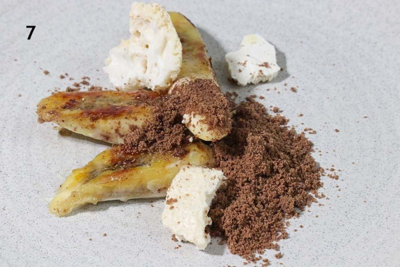 Caramelised bananas with meringue and nutella powder