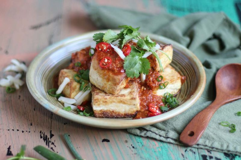 Tofu chilli sauce with crispy tofu