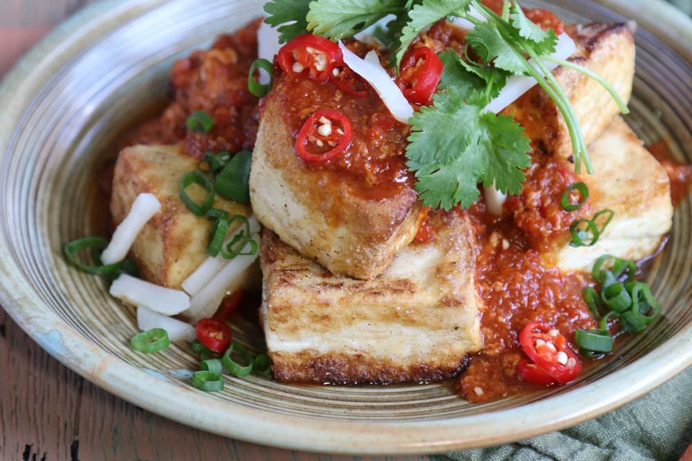 Crispy tofu pieces with singapore chilli sauce