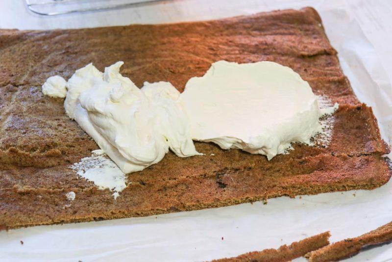 spread the sponge with cream