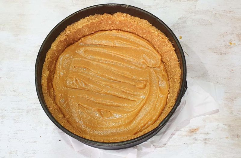 fill a tart case with caramel